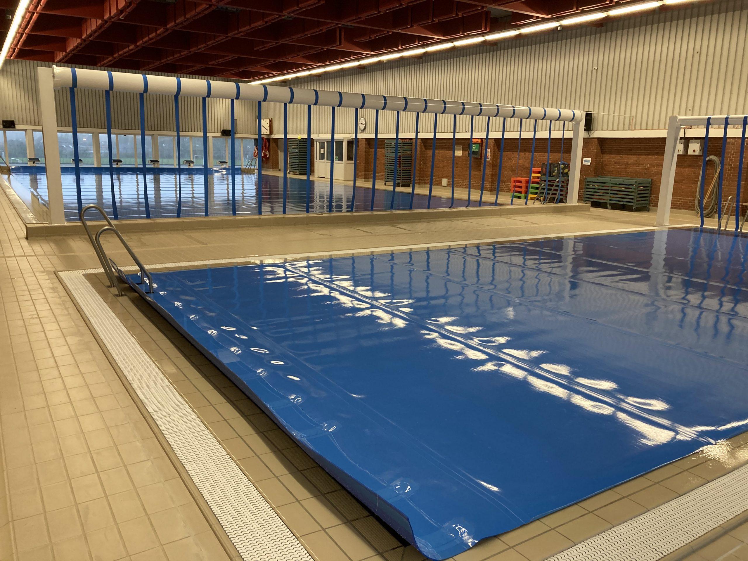 Vita Skolen, Esbjerg, Overdækning af bassin, Sirex PE termotæppe, energibesparrelse, på søjler, automatisk oprul, fjernbetjent, rustfri